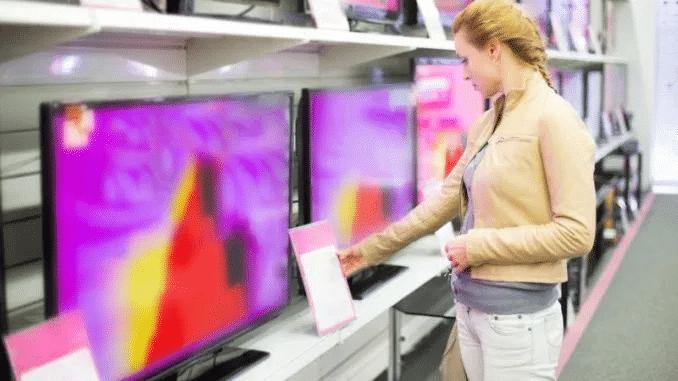 Fernseher Frau Elektromarkt TV